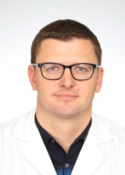 Leiter Sporttraumatologie, Facharzt für Chirurgie, spez. Allgemeinchirurgie und Traumatologie, spez. Sportmedizin (SGSM), arthroskopische Chirurgie und komplexe Gelenkschirurgie (SGACT-Zertifikat), Arthroskopeur (AGA-Instruktor), zertifizierter Kniechirurg (DKG)
